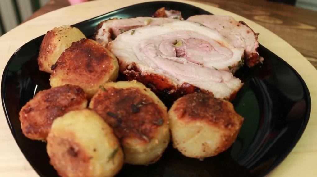 Мясной рулет с травами и картофелем